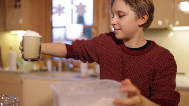 キッチンでマフィンを作る小さな男の子 - プラス記号点の映像素材/bロール