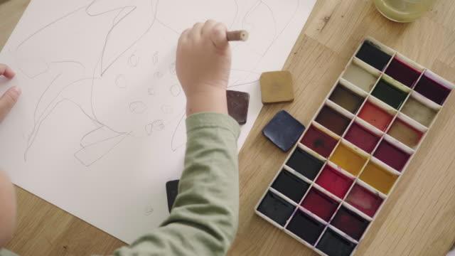 vídeos de stock, filmes e b-roll de garotinho fazendo aquarela com a mãe em casa. - família de um filho