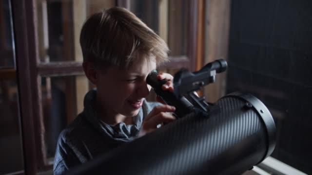 bambino che osserva la luna e le stelle - astronomia video stock e b–roll