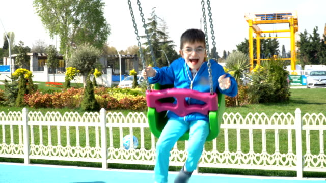 4 k スイング - 在庫ビデオ少年 - 自閉症点の映像素材/bロール