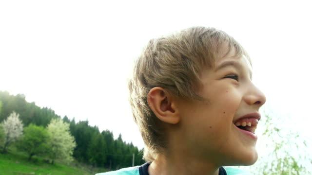 kleine junge auf einer schaukel - schwingen stock-videos und b-roll-filmmaterial