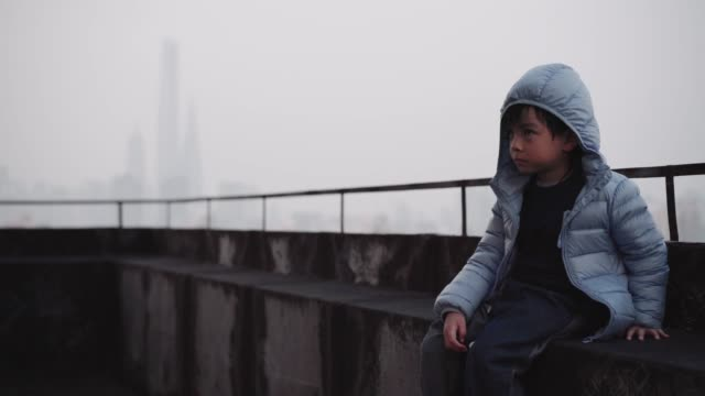 a little boy on the rooftop of tall building in shanghai china - 上海環球金融中心点の映像素材/bロール