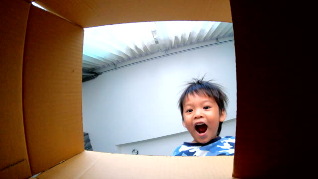 slo mo little boy opening gift box. - grandangolo tecnica fotografica video stock e b–roll
