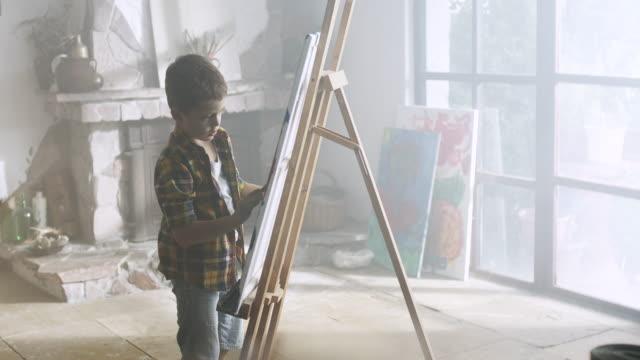 kleine junge malerei  - finden stock-videos und b-roll-filmmaterial