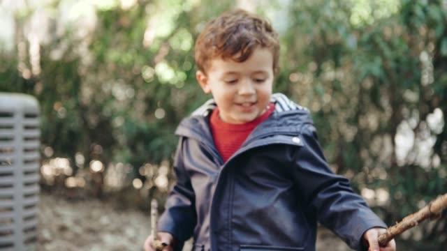 vídeos de stock, filmes e b-roll de menino a brincar no parque - galho