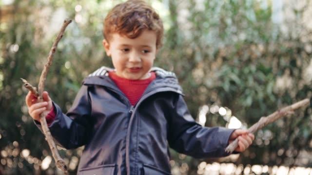 公園で遊ぶ少年 - 棒切れ点の映像素材/bロール
