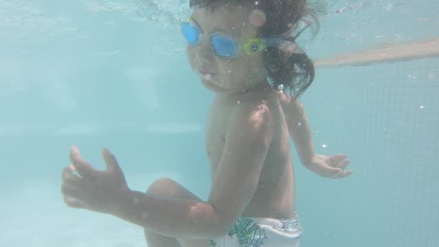 リゾートのプールで遊ぶ小さな男の子 - 男の赤ちゃん一人点の映像素材/bロール