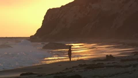 vídeos y material grabado en eventos de stock de little boy playing in the surf - vea otros clips de este rodaje 1156