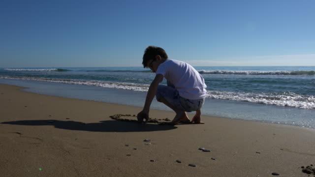 vídeos y material grabado en eventos de stock de little boy playing on the beach - turquía