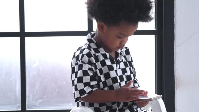 kleiner junge spielt smartphone - männliches baby stock-videos und b-roll-filmmaterial