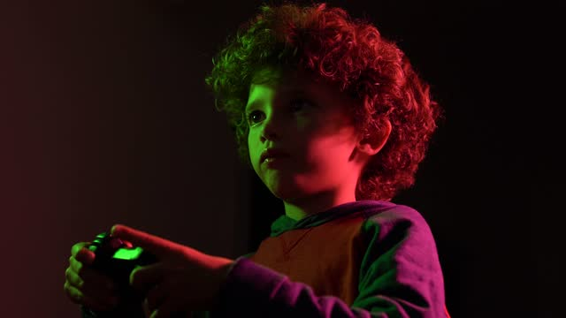 vídeos de stock, filmes e b-roll de garotinho jogando videogame - microfone