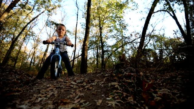 Kleiner Junge mit dem Fahrrad in die Natur