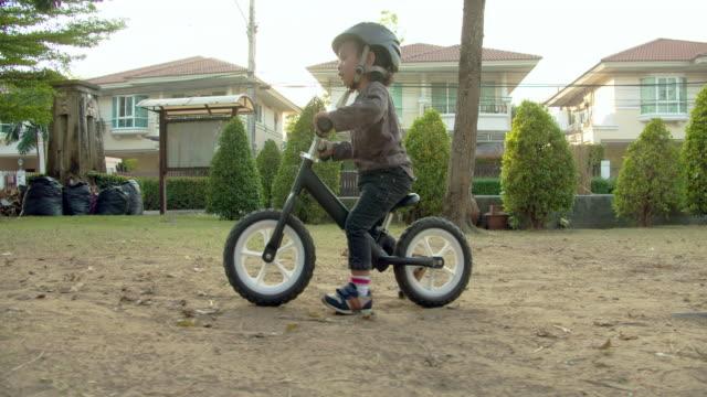 バイクに乗った少年 - バイカー点の映像素材/bロール
