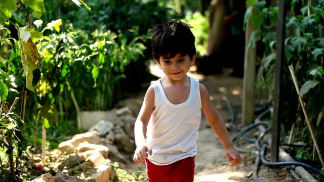 vidéos et rushes de petit garçon fonctionnant - plan en travelling