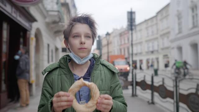 kleiner junge sightseeing stadt während covid-19 pandemie - osteuropäische kultur stock-videos und b-roll-filmmaterial