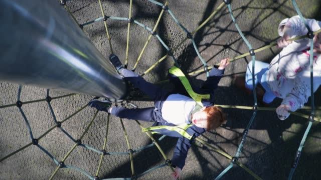 少年の周りの回転 - 目が回る点の映像素材/bロール