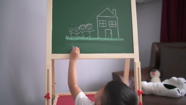 stockvideo's en b-roll-footage met weinig jongen die om op zijn bord worstelt te trekken - lengte