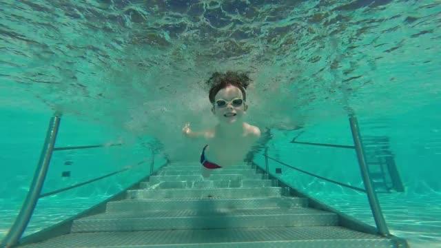 little boy swimming underwater - 水泳パンツ点の映像素材/bロール