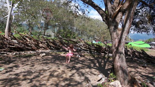 vidéos et rushes de ms little boy swings from tree in natural playgroun / montezuma, nicoya peninsula, costa rica  - kelly mason videos