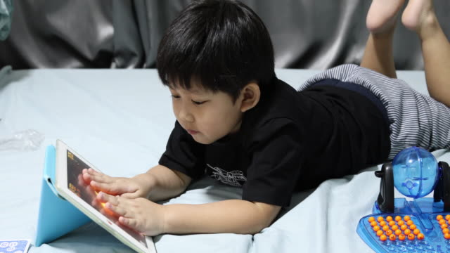 Jongetje met behulp van digitale Tablet