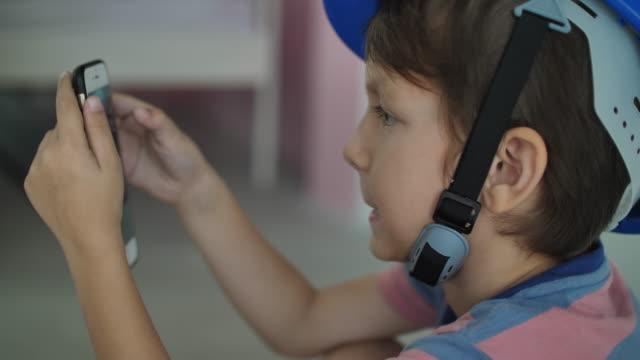 電話を使った小さな男の子 - 産みの苦しみ点の映像素材/bロール