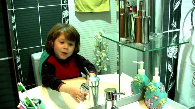vídeos de stock, filmes e b-roll de menino - pia instalação doméstica