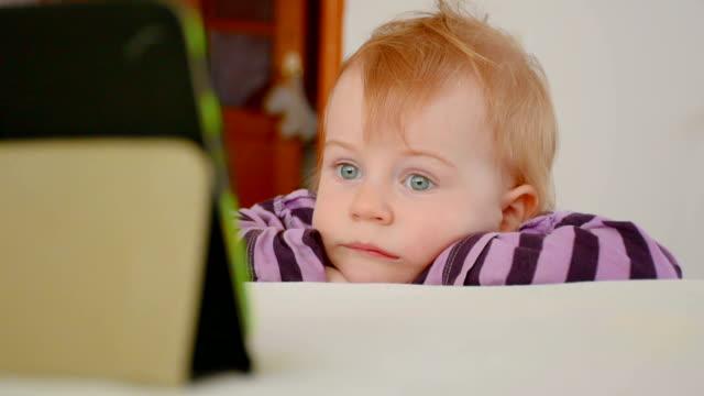 Jongetje Beeldverhaal over de tablet met belangstelling kijken