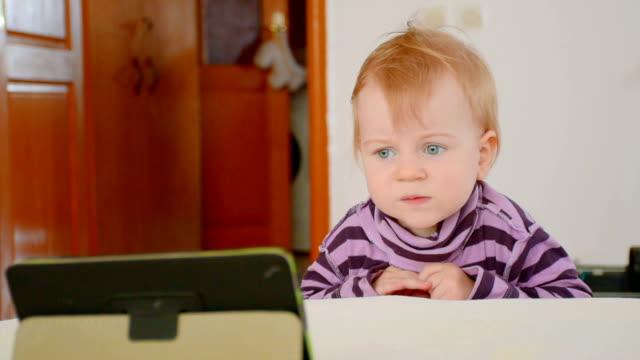Jongetje kijken cartoons op de tablet met nieuwsgierigheid