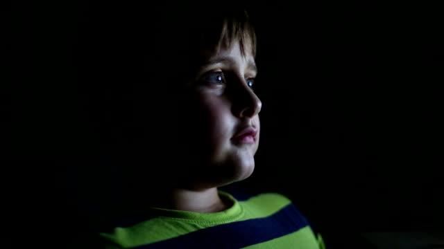 liten pojke tittar på tv på natten - kuslig bildbanksvideor och videomaterial från bakom kulisserna