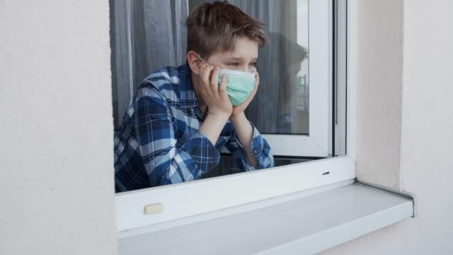 vídeos y material grabado en eventos de stock de niño que lleva máscara antivirus quedarse en casa - orden de permanecer en casa