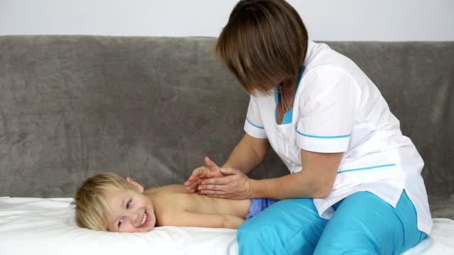 vídeos y material grabado en eventos de stock de little boy con una sesión de masajes - masajista