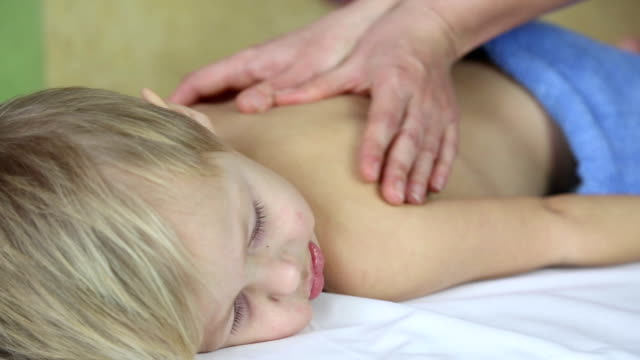 ragazzino con un massaggio - bambina nuda video stock e b–roll