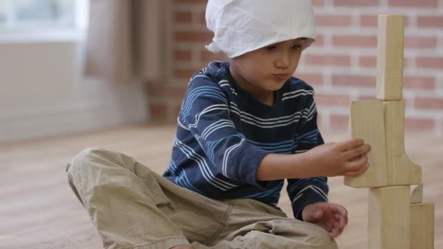 ブロックで遊んでがんの小さな男の子 - 白血病点の映像素材/bロール