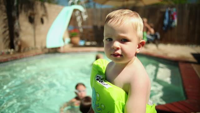 vídeos de stock e filmes b-roll de cu little boy with floaties at pool / tracy, ca, united states - só um bebé menino