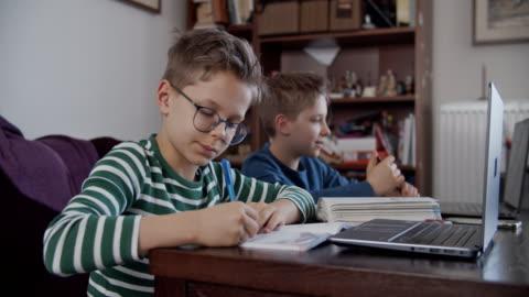 små pojkar som går på skolklass online. - student bildbanksvideor och videomaterial från bakom kulisserna