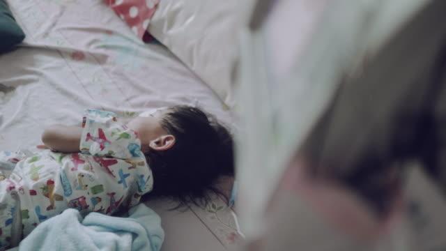 vídeos de stock e filmes b-roll de a little boy's hand with saline solution - dedo humano