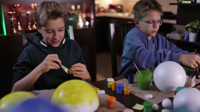 vídeos y material grabado en eventos de stock de niños pequeños haciendo modelo de sistema solar en casa - espacio y astronomía