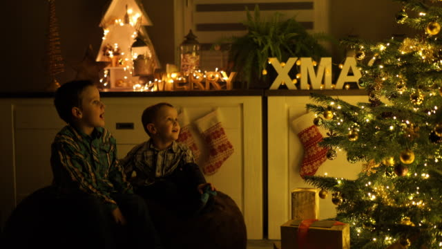 little boys singing on christmas eve at home - singen stock-videos und b-roll-filmmaterial
