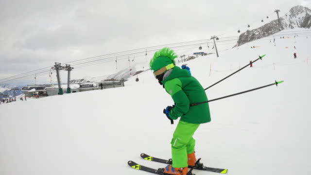 stockvideo's en b-roll-footage met kleine jongens die snel bij gletsjer in de alpen skiën - valhelm