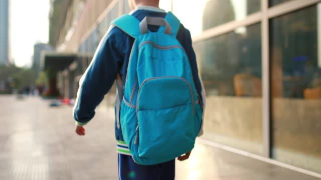vídeos de stock e filmes b-roll de little boys walk to school - saco objeto manufaturado
