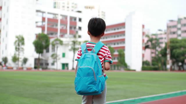 vídeos de stock e filmes b-roll de little boys walk to school - mochila saco