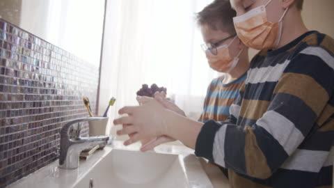 vidéos et rushes de petits garçons se lavant les mains à fond - laver