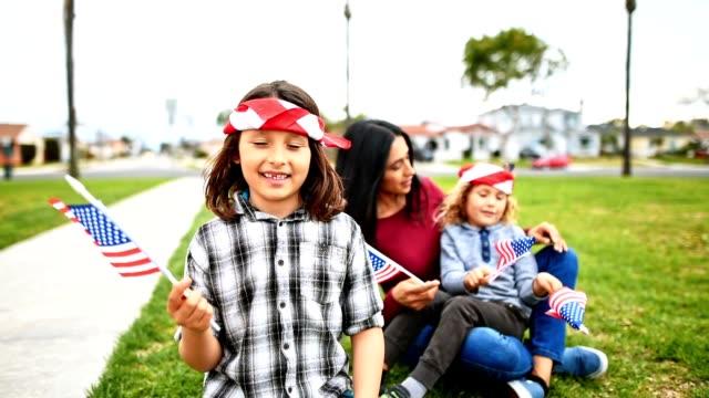 vidéos et rushes de les petits garçons avec la famille célèbrent le quatrième de juillet - latin american culture