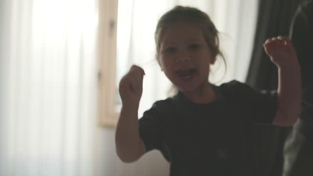 vídeos de stock, filmes e b-roll de irmão zinho e irmã passando tempo juntos e pulando na cama - irmão