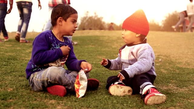 little brother es sind für immer enge freunde - kleinstkind stock-videos und b-roll-filmmaterial