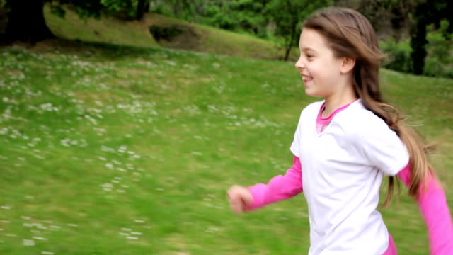 vídeos y material grabado en eventos de stock de poco chica alegre correr al aire libre. - corredora de footing