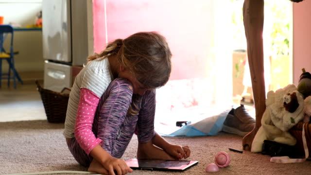 電子タブレットを使用して小さな女の子 - 自閉症点の映像素材/bロール