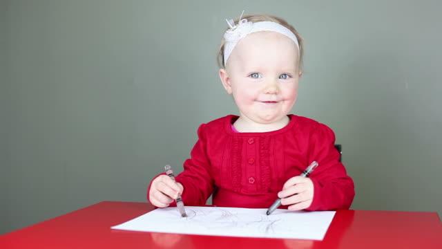 vidéos et rushes de petit enfant, apprendre à dessiner - vêtement de bébé