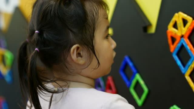 vidéos et rushes de petit enfant jouer jouet bloquant - sagesse