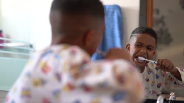 vídeos y material grabado en eventos de stock de poco corte a niño cepillarse los dientes - cepillar los dientes